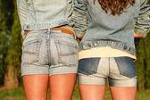 Dos hembras en jeanswear — Foto de Stock