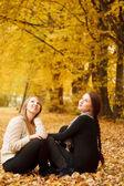 Två unga kvinnor utomhus — Stockfoto