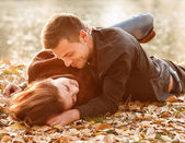 Young couple lying down smiling — Stock Photo