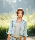 Hermosa chica adolescente al aire libre — Foto de Stock