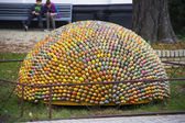Sculpture main from many painted eggs — 图库照片