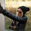 Burglar Breaking Into House — Stockfoto