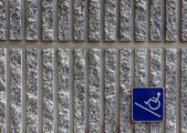 Ramp access sign on concrete wall background — Stock Photo