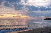 运行波,在黄昏的海滨 — 图库照片