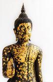 Schwarz buddha-statue, die bedeckt mit kleinen gold-platten isoliert auf weißem hintergrund — Stockfoto