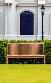 Wooden Bench in front of White Building and Street Lamp — Stock Photo