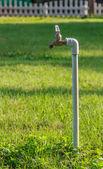 古いさびた水栓背景ぼかしで — ストック写真