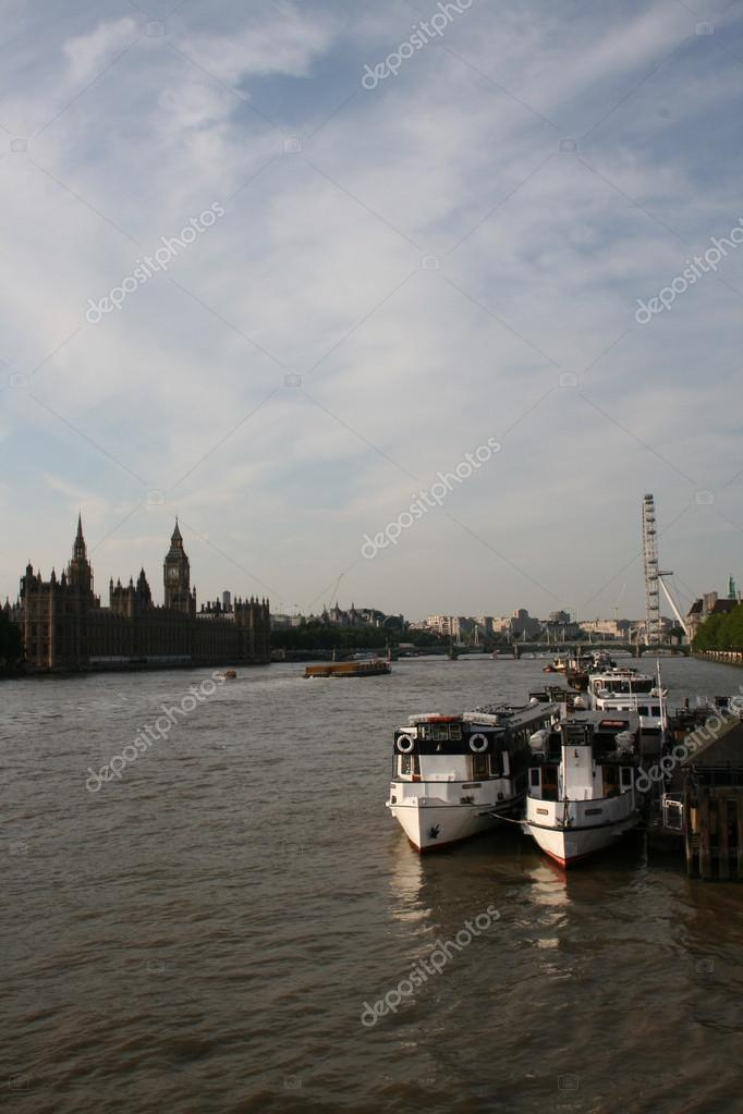 London view of the Thames boats Parliament and the London Eye — Stock Photo #12198656