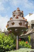 памятник в саду — Стоковое фото
