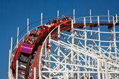 Ludzie na rollercoaster — Zdjęcie stockowe