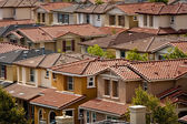 Un grupo de viviendas del tracto espaciamiento en san jose, california — Foto de Stock