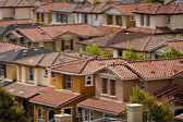 Un gruppo di case del tratto strettamente spaziate in san jose, california — Foto Stock