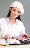 ベレー帽身に着けている美しい学生少女. — ストック写真