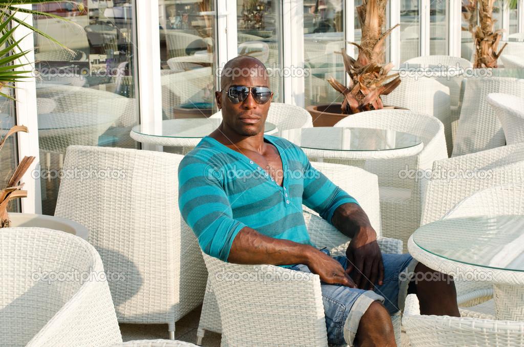 Resultado de imagen de Hombres negros sentado en una terraza