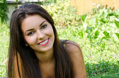 Chica sonriendo tirado en el pasto. — Foto de Stock