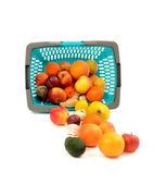 蓝色的塑料购物篮子里装满了食品杂货. — 图库照片