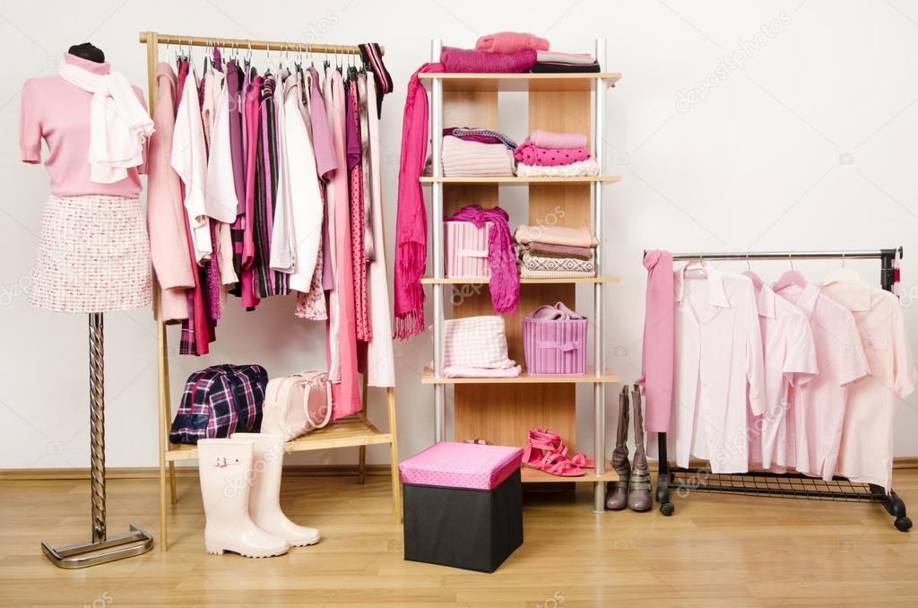 Vestir armario con ropa rosa dispuesta en perchas y - Vestir un armario ...