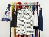 Bir raf üzerinde görüntülenen giysileri sevimli polka noktaları yaz. — Stok fotoğraf