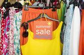 крупным планом на продажу большой знак для летней одежды. — Стоковое фото