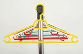 Kleidung mit leeren Bügel-Rack. — Stockfoto