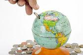 Tierra de vendimia alcancía con moneda — Foto de Stock