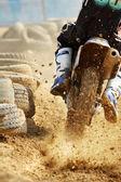 モトクロス バイクがトラックの速度を増加させる — ストック写真
