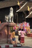 Songkran festival, buddhistiska gå till traditionell ceremoni i — Stockfoto