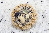 Diepe gebakken rijst, topping met granen en moer — Stockfoto