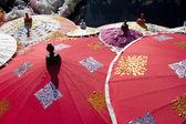 Asyalı kırmızı şemsiye — Stok fotoğraf