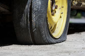 古い車のタイヤがパンク — ストック写真