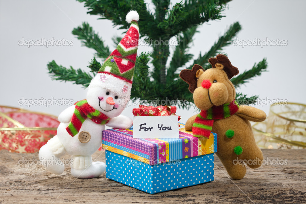 Snowman with Christmas gift — Foto Stock #15320167