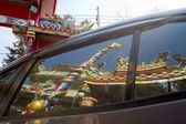 Reflection of Chinese temple in car window — Stock fotografie