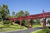 Rode houten brug in het park — Stockfoto