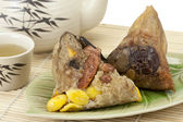Rice dumplings or zongzi with tea — Stockfoto
