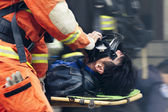 The rescue workers move hurt person with a stretcher — Zdjęcie stockowe