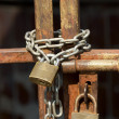 Locked chain on old rusty gate — Stock Photo