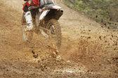 Moto de motocross augmente la vitesse en voie — Photo