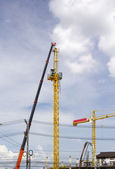 Install tower crane in construction site — Стоковое фото