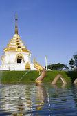 Statue de naga avec jet d'eau dans le temple — Photo
