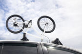 Bikes on the roof of a car — Foto Stock
