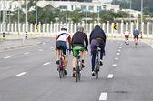 Grupo de práctica de los ciclistas en la carretera — Foto de Stock