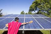Karen hill plemienia czyszczenia panel słoneczny .thailand — Zdjęcie stockowe