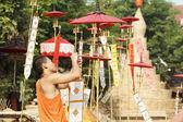 Buddhistischer mönch lace die traditionellen flaggen auf der pole position. — Stockfoto