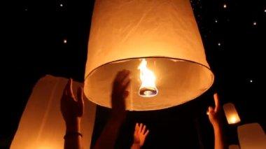 Floating asian lanterns in ChiangMai ,Thailand — Stock Video