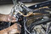 Makinist yeni araba gaz buharlaştırıcı eski arabaya yükleyin — Stok fotoğraf