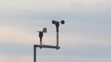 Anemometer measures the wind speed at a meteorological station — Stock Video