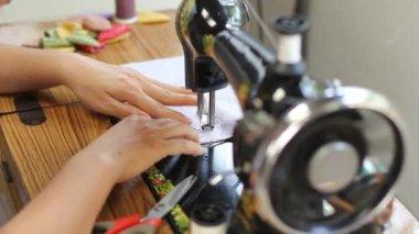Praca ręczna maszyna do szycia w stylu retro — Wideo stockowe