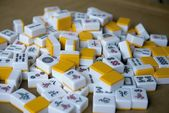 Playing mahjong dice on the table — Stock Photo