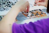 Pracownik wykonany montaż urządzeń elektronicznych — Zdjęcie stockowe