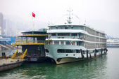 Tourist steamship is at the pier on the Yangtze river near Three Gorges — Stock Photo